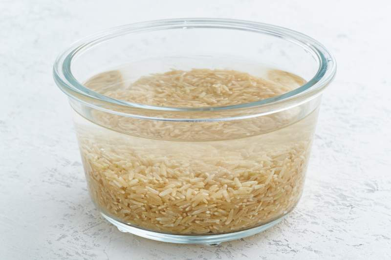 Soaking brown rice cereal in water to ferment cereals and neutralize phytic acid