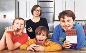 Children with chcolate with mom