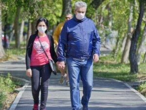 people-couple-the-masks-coronavirus