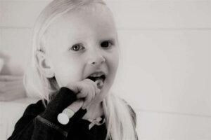 girl-tooth-brushing-teeth